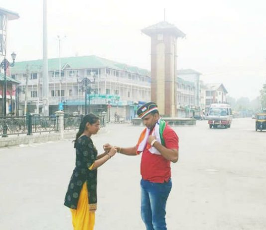 Gujarat girl unfurls Tiranga in Lal Chowk
